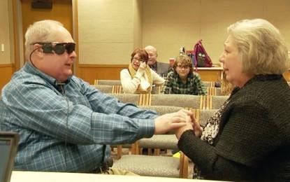 Un ojo biónico permite que un hombre ciego pueda ver a su esposa